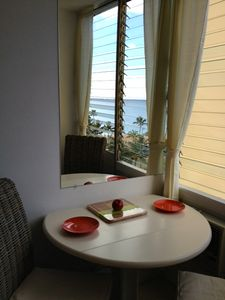 Honolulu hotel rental - Table and chairs with ocean view.