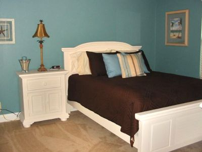 2nd bedroom w/ queen bed