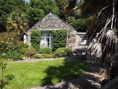 Character cottage in sub-tropical garden { free wifi }with off street parking
