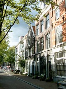The front side of the house viewing the canal Lijnbaansgracht