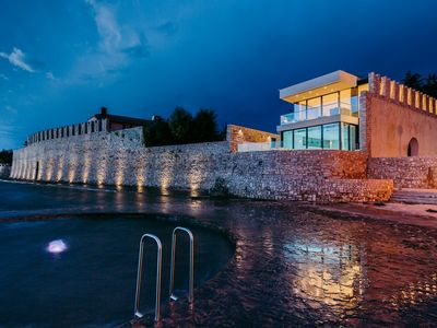 5 Star Villa, Indoor/Outdoor Pool, Spa, Directly On The Sea