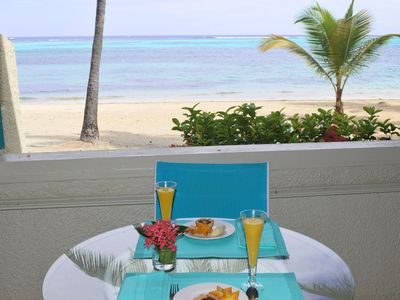 Floor level on the beach, enjoy breakfast while listening to the waves.