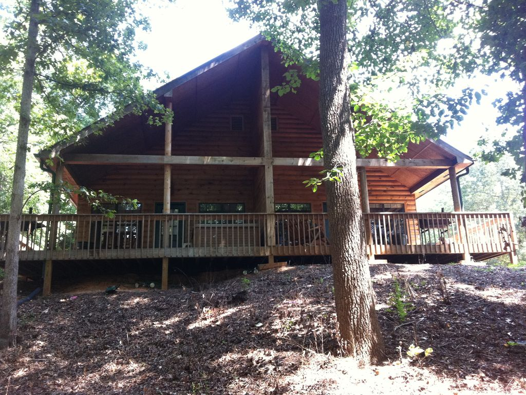 Cozy cabin on lake lanier with a large hot vrbo for Cozy cabins rentals
