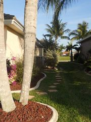 Cape Coral villa photo - side yard area