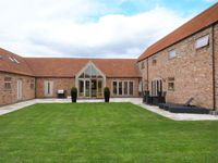 MOOR FARM BARNS, pet friendly, with hot tub in Lincoln, Ref 30178