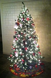 Pine cabin rental - Christmas tree is all decorated, bring your presents from Santa...