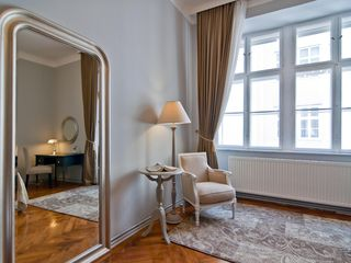 Innere Stadt apartment photo - Elegant reflections - Large window for a very bright bedroom