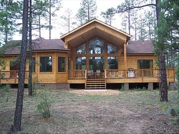 Pinetop cabin rental - Backyard view and deck