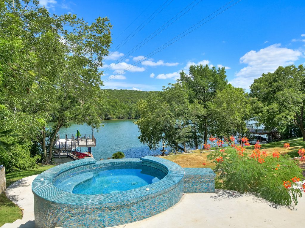 SXSW FLASH SALE $250 OFF | Up to 8 Beds | Bocce I BoatDock | Lake Front