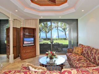 Lahaina condo photo - A Giant Sofa Unit includes a Queen-size Sleeper + an additional section.