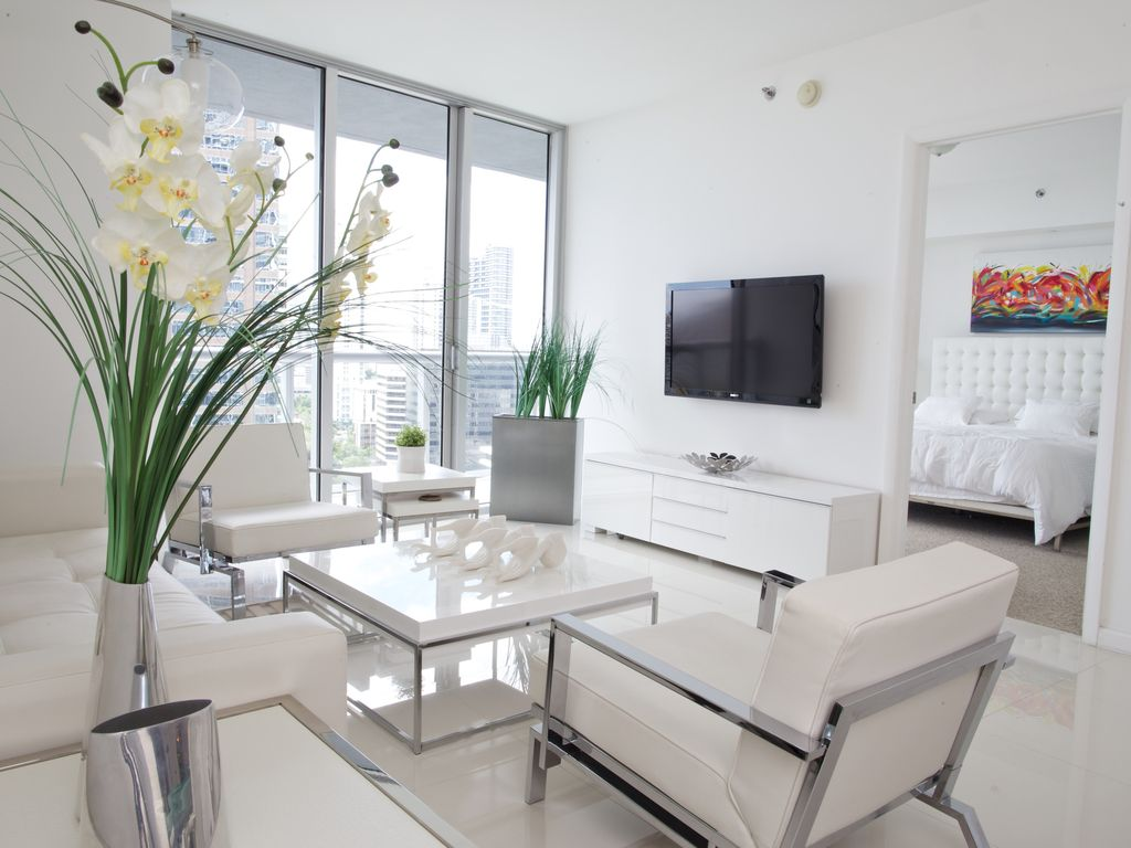 Modern condo viceroy in brickell downtown homeaway for Modern beach house furniture