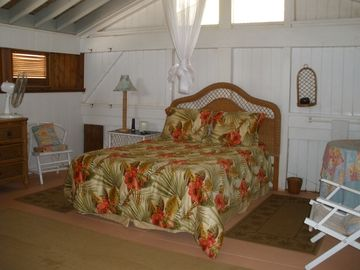 Queen bed in loft sleeping area
