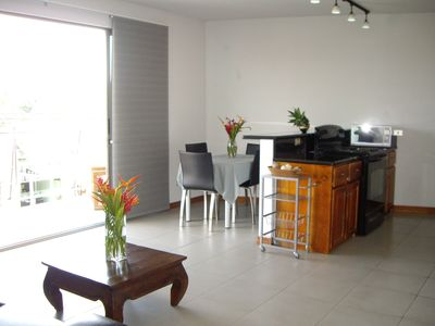 Guest house in Downtown Atenas- Living room, dining area