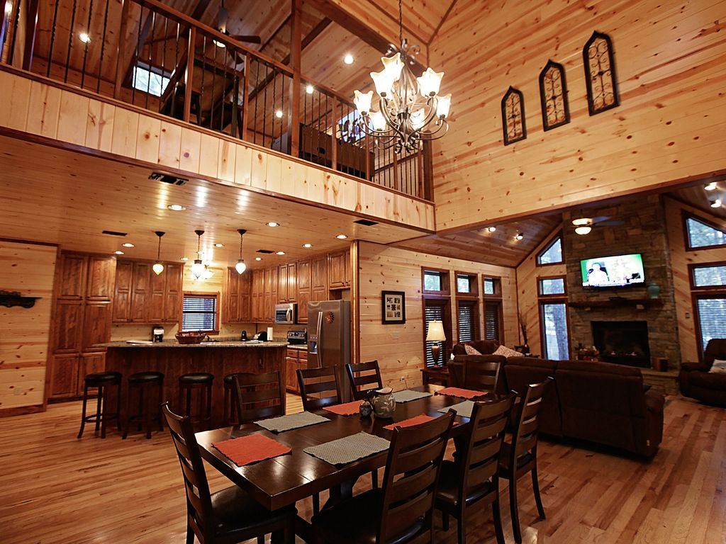 Treasured times luxury cabin open floor vrbo for Open floor plan homes with loft