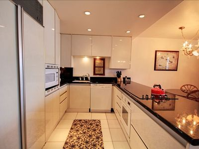 Kahana condo rental - Well-equipped kitchen with SubZero fridge, new microwave & electric stovetop