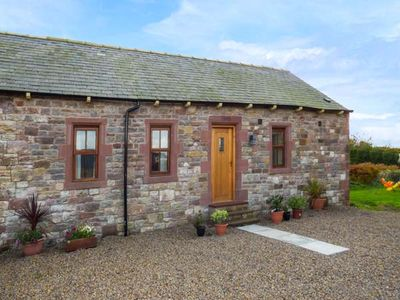 SWALLOW COTTAGE , pet friendly, with hot tub in Milton, Ref 917515