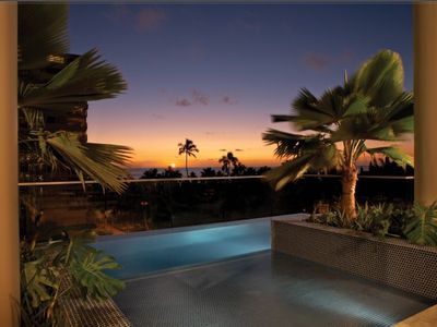 Waikiki condo rental - infinity pool w/Hawaiian Sunset