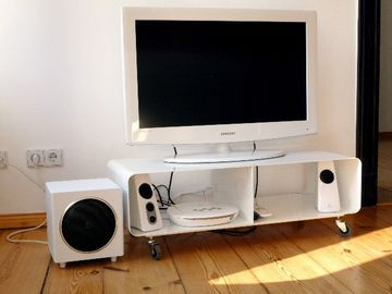 LB2:32' TV, DVD/CD player, iPod dock, sound system
