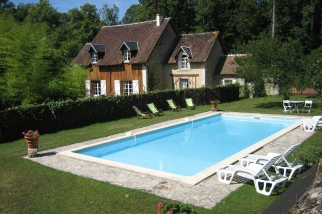 Typical house in the middle of the woods. private pool. 4 *
