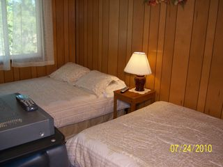 Big Bear Lake cabin photo - 2nd bedroom two double beds cable TV
