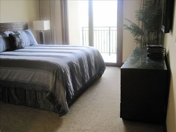 Master bedroom: King bed, lanai, golf / sunrise view, Hotel Collection bedding