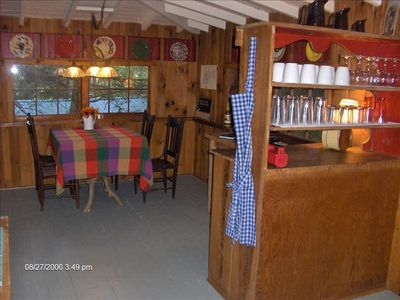 Adorable Dining Area with WiFi and Brochures for Area Dining & Attractions.