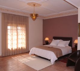 Gueliz villa photo - Bedroom with en suite bathroom, dressing room, and terrace