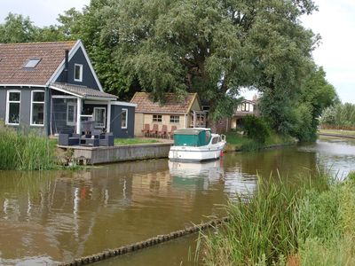 Cosy house right on the water in Friesland near the Wadden Sea