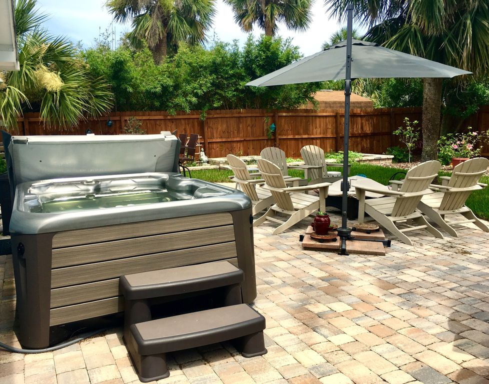 New Smyrna home one block to the beach, walk to Flagler, hottub