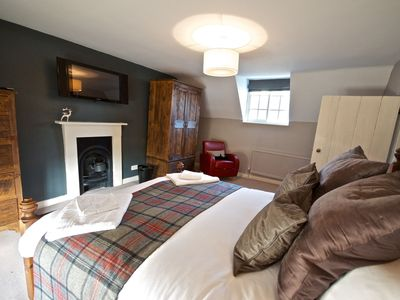 York cottage rental - Huge bed, spacious, light and airy, elegant décor