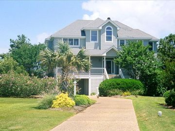 Manteo house rental - front view of home