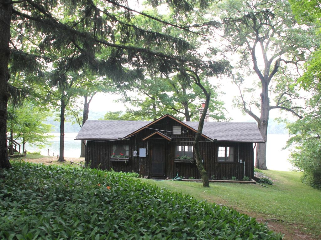 Crooked lake log cabin lakefront chelsea vrbo for Fishing cabins in michigan