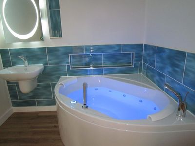 relax in your spa bath meadow view/clover croft
