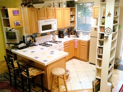 Kitchen w/ microwave, stove, fridge,cable-TV & CDs