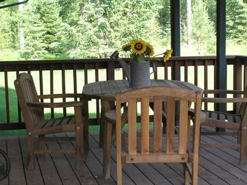 COVERED REDWOOD DECK GREAT FOR OUTDOOR DINING & BARBEQUES!