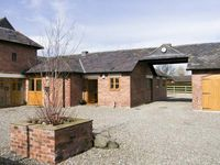 THE BYRE, pet friendly, with hot tub in Bronington, Ref 5174