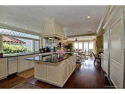 La Jolla house rental - Kitchen and breakfast nook - opens to deck overlooking ocean