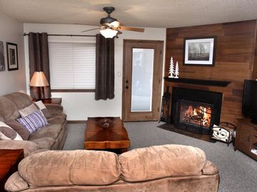 Brian Head condo rental - This spacious living room has a 42' TV, Blu Ray/DVD, Wii, stereo, and DVD Movies