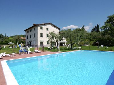 A white country manor with 10 apartments and a beautiful view of the vineyards