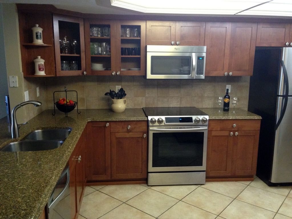 Fabulous Kitchen with Granite Counters & Stainless Appliances