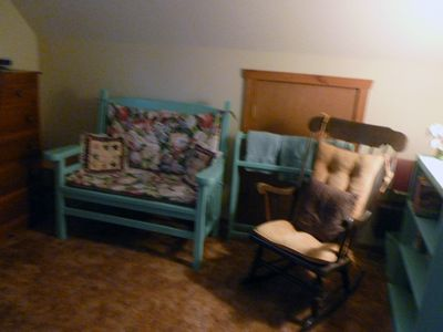Lake Wallenpaupack chalet rental - Sitting area and library in upstairs bedroom