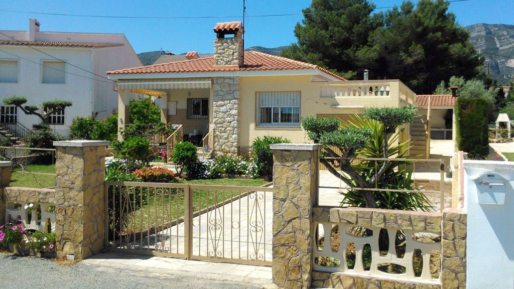 Villa with large garden at 300m from the beach