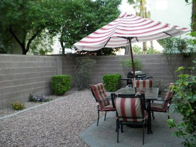 Backyard -fully enclosed, gas BBQ, several mature rose bushes can cut for vases!