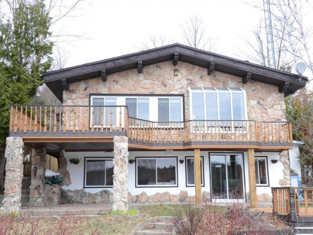 the cottage is on lake louisa so many summer activities, 30min from ski hills or tubbing,