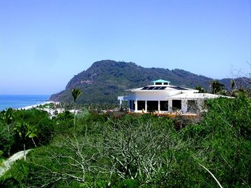 Awe inspiring views/Private secluded tranquility/ with easy walk to beach!
