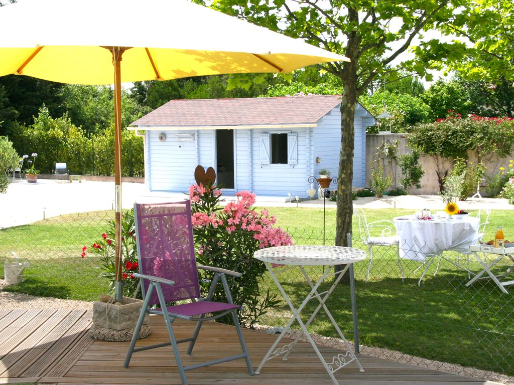 Charming guest house in enclosed garden homeaway uz s for Backyard guest house with bathroom