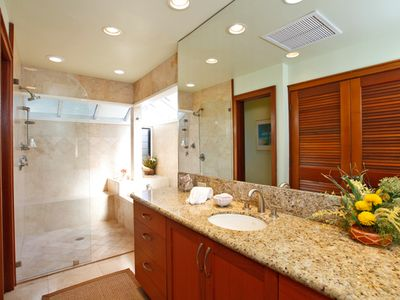 Twin room ensuite bathroom with tub