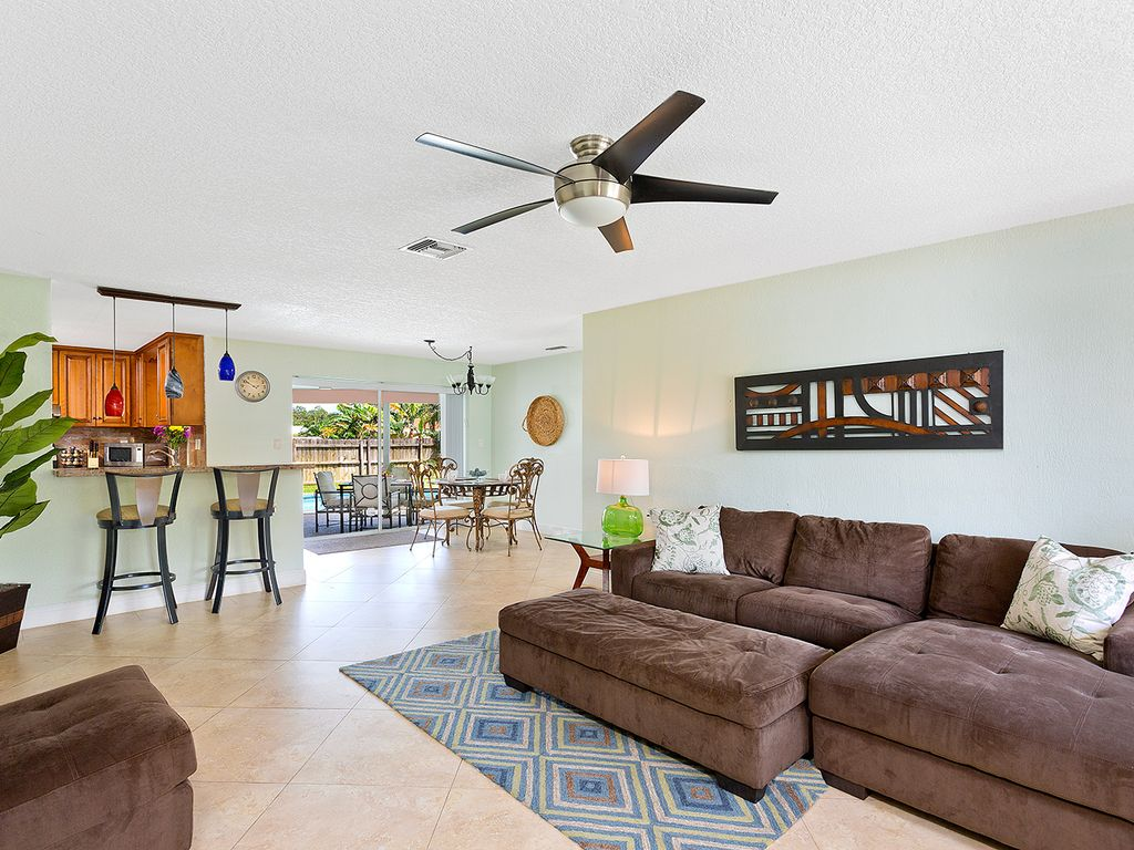 Best getaway ever 1 mile from beach homeaway boca raton for Best living room ever