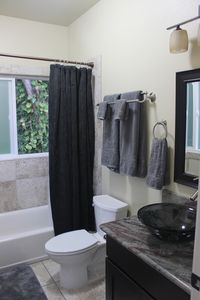 Hakalau house rental - Upstairs bathroom