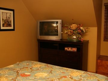 "Master Bedroom: 23"" TV & DVD;"